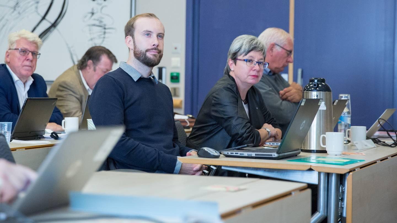 Møte i fylkestinget i Østfold september 2018. Høyres Simen Nord og Monica Gåsvatn nærmest.