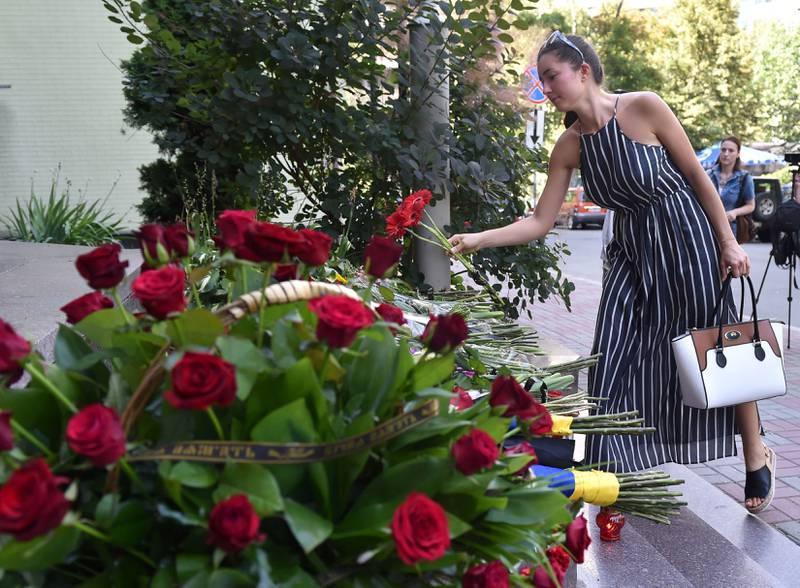 SYMPATI: En kvinne legger ned blomster utenfor den franske ambassaden i Kiev. FOTO: NTB SCANPIX