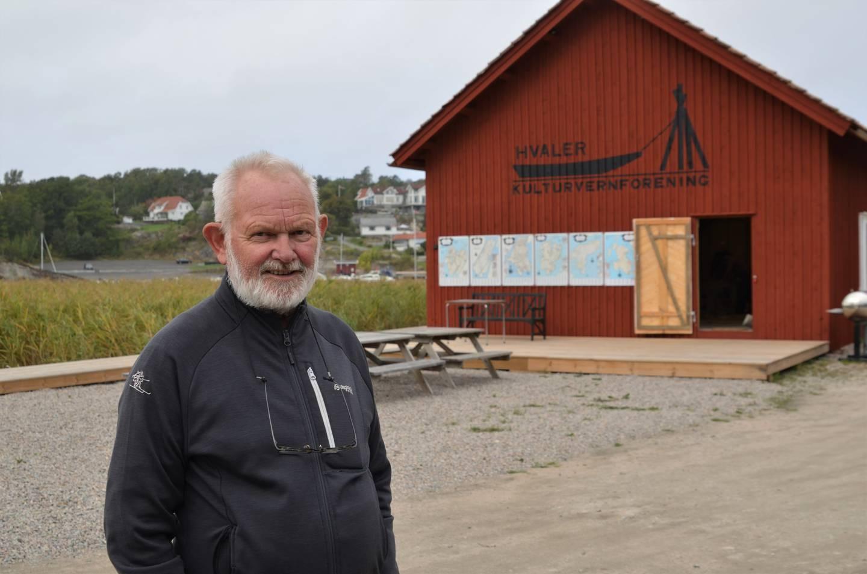 Leder av Hvaler kulturvernforening, Paul Henriksen, foran det nye båtbyggeriet ved Brottet på Spjærøy.