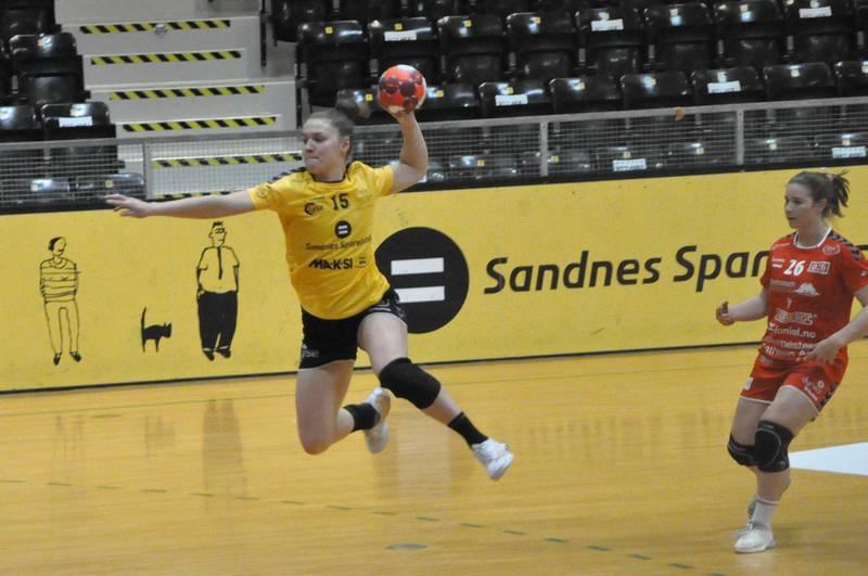 Maja Magnussen scorer ett av sine sju mål mot Rælingen. Foto: Espen Iversen