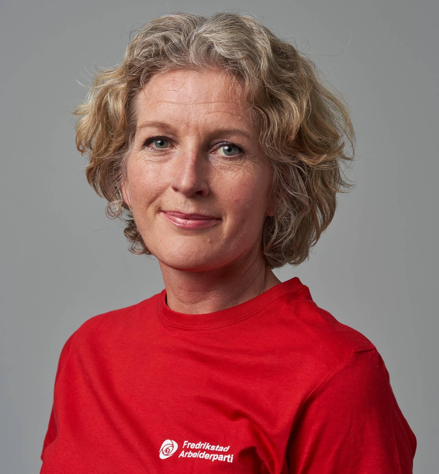 Mona Mathisen i rød Arbeiderparti-skjorte