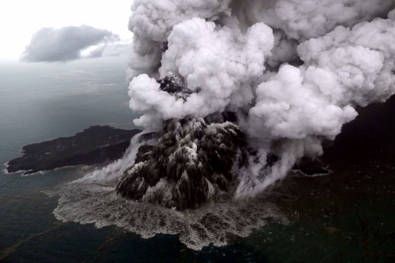 TOPSHOT - This aerial picture taken on December 23, 2018 by Bisnis Indonesia shows the Anak (Child) Krakatoa volcano erupting in the Sunda Straits off the coast of southern Sumatra and the western tip of Java. - The death toll from the December 22 volcano-triggered tsunami in Indonesia has risen to 281, with more than 1,000 people injured, the national disaster agency said on December 24, as the desperate search for survivors ramped up. (Photo by Nurul HIDAYAT / BISNIS INDONESIA / AFP)