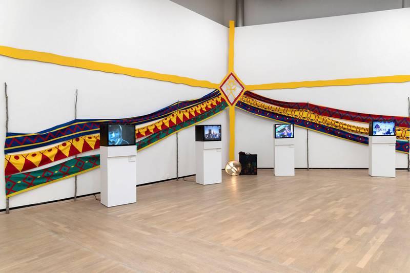 Multikunstneren og kulturikonet Áillohaš (1943–2001). Han var ikke bare en samisk billedkunstner, poet, forlegger og musiker, han var også en nasjonsbygger for et folk som gjennom århundrer har bodd i og forflyttet seg mellom fire moderne nasjoner. Installasjonsfoto: Øystein Thorvaldsen / Henie Onstad Kunstsenter