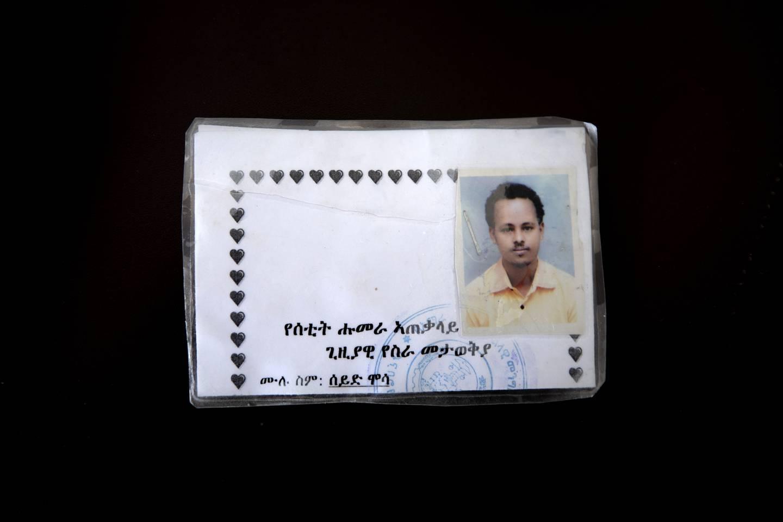 Bildet viser ID-kortet til Seid Mussa Omar, en 29 år gammel sykepleier fra Tigray. ID-kortet er skrevet på amharisk, et språk han ikke forstår. Foto: Nariman El-Mofty / AP / NTB