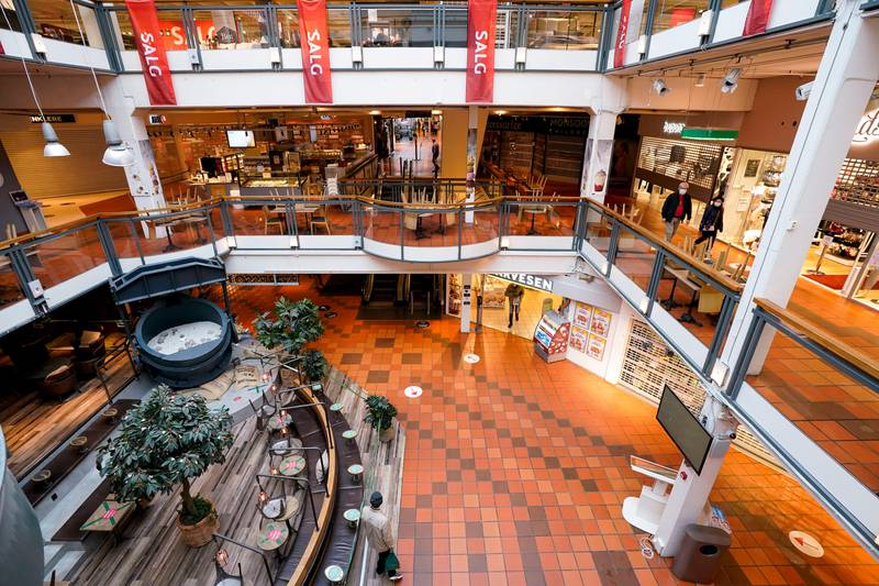 Strømmen 20210125.  På Strømmen Storsenter er alle butikker stengt ned. Matvareforretninger og optikere er blant de som får holde åpent. Regjeringens tiltak som følge av utbruddet av det muterte koronaviruset i Nordre Follo og Oslo. Foto: Lise Åserud / NTB