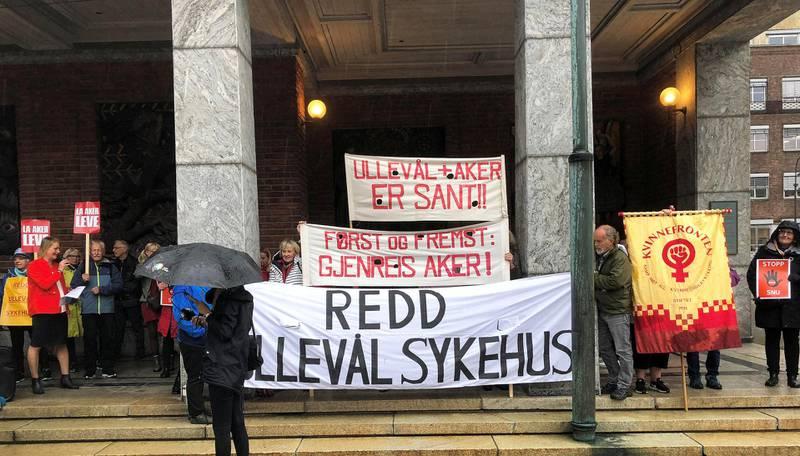 Demonstrasjon: Det har over lengre tid vært stor konflikt om sykehusstrukturen i Oslo. Her fra en tidligere demonstrasjon mot nedleggelse av Ullevål sykehus foran rådhuset i Oslo. FOTO: TOM VESTRENG