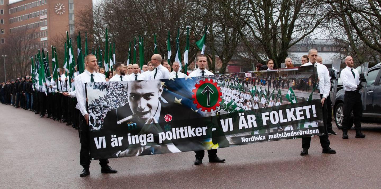 BILDE: Virtanen gikk midt i dette toget av uniformerte nazister den 1. mai 2018 i Ludvika i Sverige.