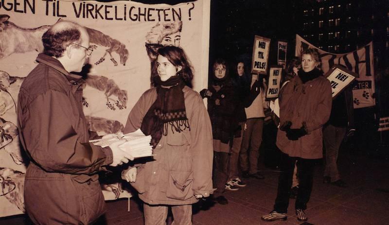 Tradisjon: Siri Martinsen leverer underskrifter i det første fakkeltoget for 15 år siden.
