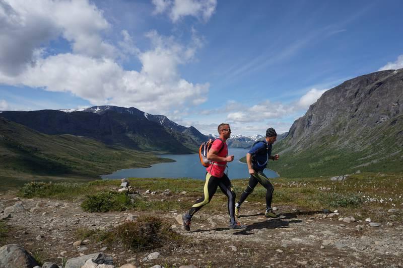 Stiløping er en trend som vil bre om seg både i skogen og fjellheimen i år. Her er to svensker på vei over Besseggen. FOTO: CHRISTINE BAGLO
