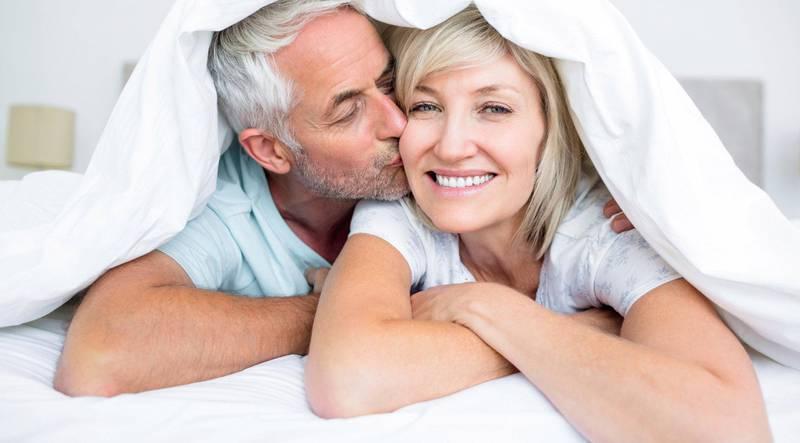 Ekspertene minner om at samleie ikke er den eneste måten å ha sex på, og at intimitet og kos kan være vel så viktig for mange par. Foto: Shutterstock/NTB scanpix