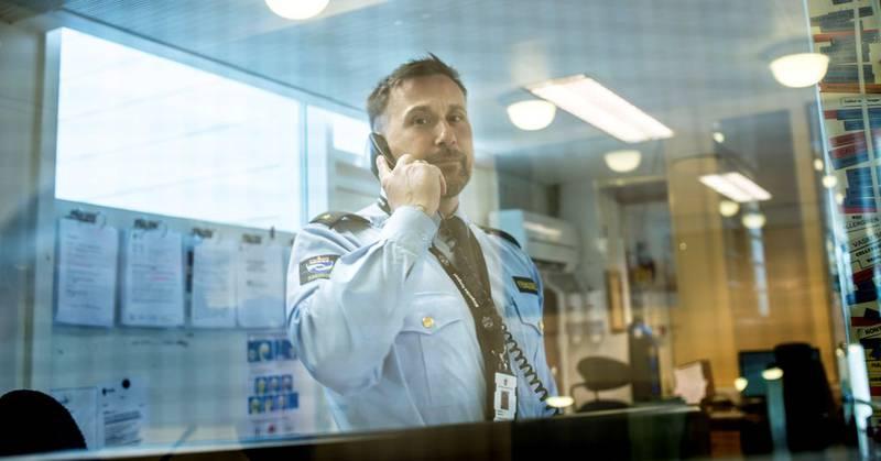 Kjell-Marius Jøntvedt (42) i vaktbua på avd. A restriktiv avdeling forteller om slitne ansatte.