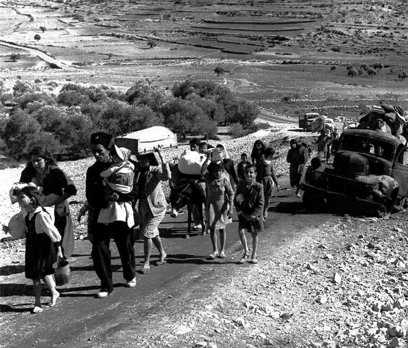 Opprettelsen av staten Israel går under navnet Naqba, katastrofen, for palestinerne. Tusenvis av palestinere ble fordrevet til nabolandene. Disse flyktningene er på vei til Libanon i november 1948.