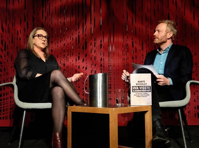 Marte Michelet, her på Litteraturhuset i Oslo ved utgivelsen av «Hva visste hjemmefronten?», november 2018, med intervjuer Simen Ekern. Foto: Mimsy Møller