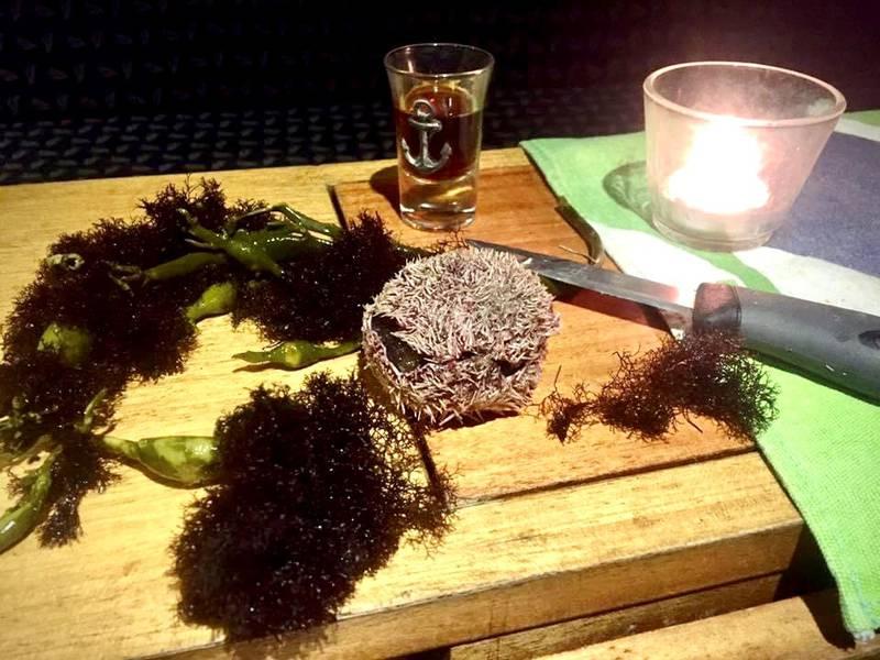 Kråkeboller og grisetangdokke (sjøtrøffel) er luksus på bordet, mener Johnny Leo.