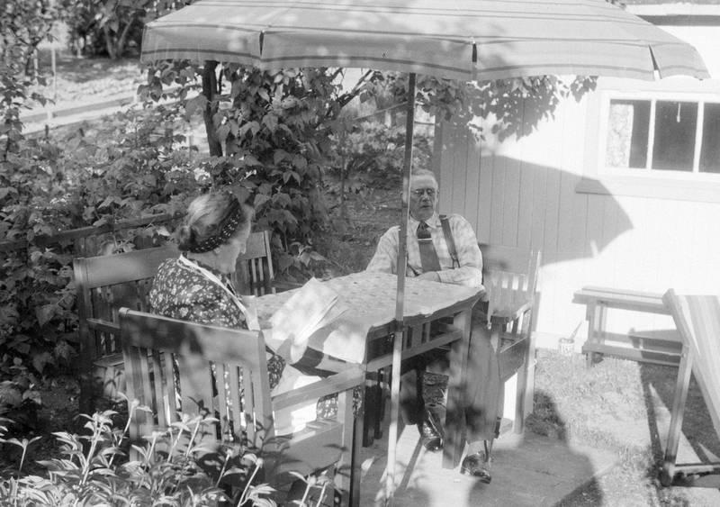 Kolonistene kan bo i hagen fra 1. april til 31. oktober. Allmenheten har adgang fra 1. mai og ut september, og om sommeren er det søndagskafé på Toppen og enkelte søndager konsert. Bildet er fra 1947.