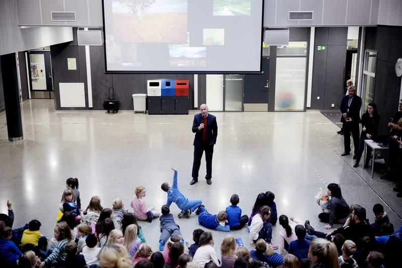 Byråd Geir Lippestad var imponert over hva Teglverket skole har fått til.