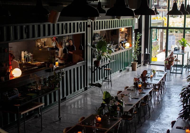 Mohn i Mohn-gården på Filipstad. Da fotografen besøkte stedet var alle småbordene rigget til selskap og langbord.