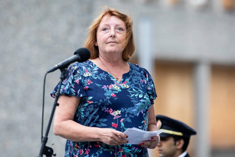 Støttegruppens leder Lisbeth Kristine Røyneland under minnemarkeringen i Regjeringskvartalet.