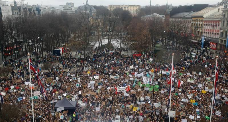 Skoleelever klimastreiker foran Stortinget i mars 2019.