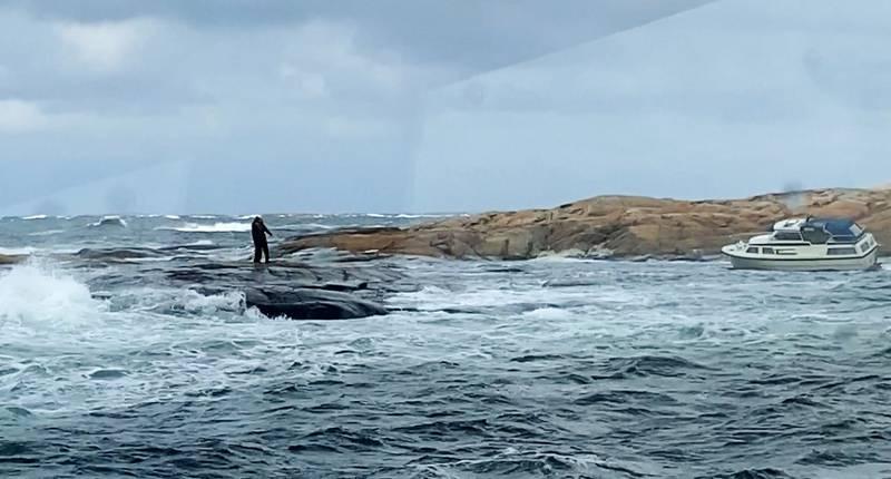 To personer karret seg opp på et såkalt skvalpeskjær like ved der båten grunnstøtte. Redningsmannskaper tok seg bort til skjæret og svømte i land med de to. Foto: Redningsskøyta RS 172 / Redningsselskapet / NTB