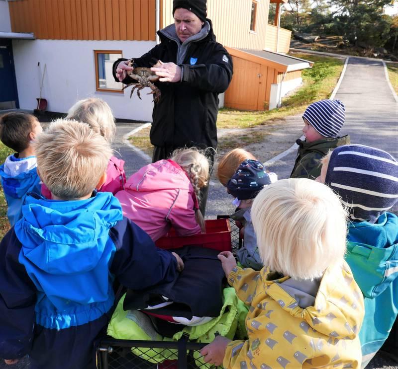 Tilbake i barnehagen får alle barna se på Wilhelm og Elliots fangst.