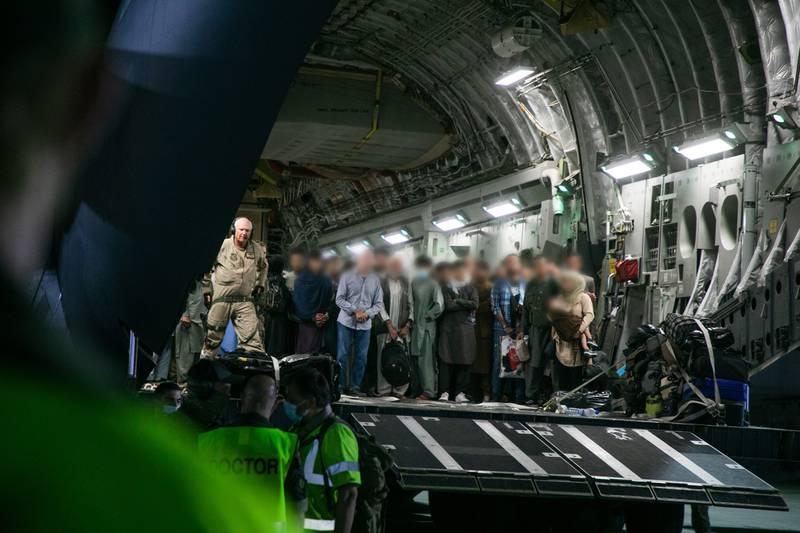 Sivile Afghanere blir evakuert ut av Kabul i Afghanistan og fløyet i luftbro til Tblisi i Georgia for videre evakuering. Her ankommer evakuerte Tblisi med et C-17 Globemaster III fly.