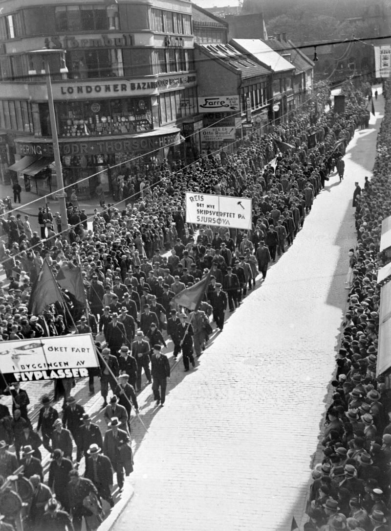 Det ble reist sterke krav om skipsverft til Sjursøya på 1930-tallet. Demonstrasjonstoget på vei oppover Storgata 1. mai 1935 med parolene «Øket fart i byggingen av flyplasser» og «Reis det nye skipsverftet på Sjursøya»
