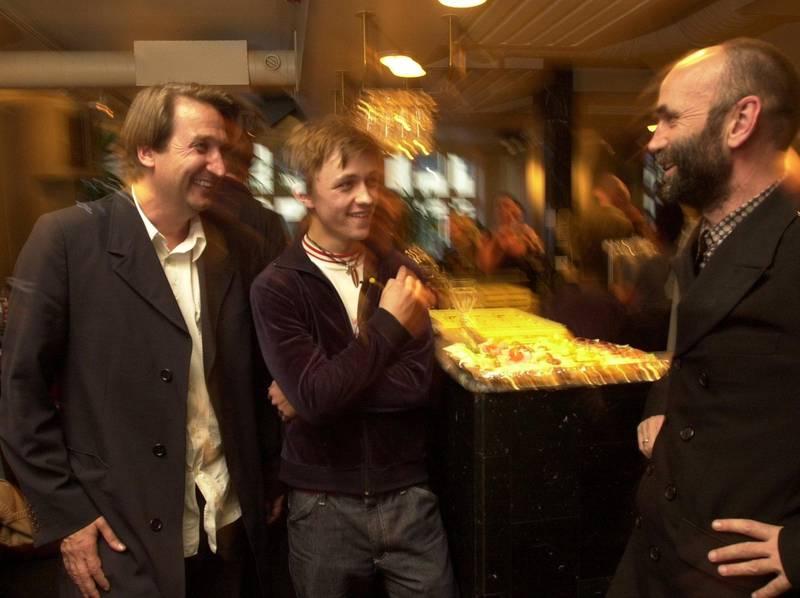 Sondre Lerche feirer utgivelsen av debutalbum i 2001, med platedirektør Per Eirik Johansen og produsent HP Gundersen. Foto: Erik Hagesæter