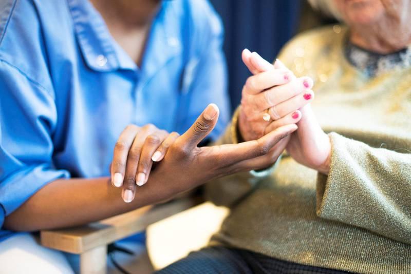 Pleier og bruker: Mange helsearbeidere opplever at pasienter og brukere ikke vil la seg behandle av fremmedkulturelle eller mørkhudede. Men Sykepleierforbundet får færre henvendelser om rasisme i dag enn for ti år siden. Illustrasjonsbilde.