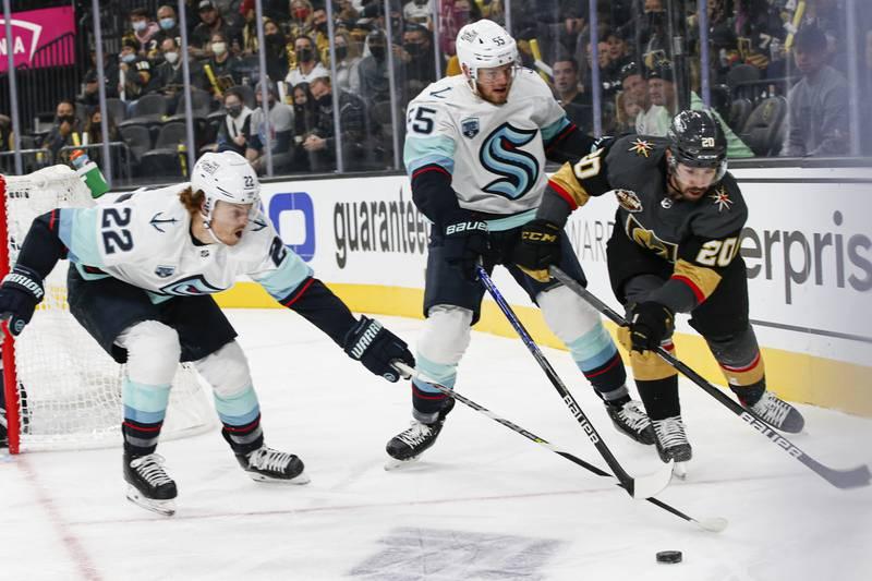 Seattle Kraken tapte i sin første NHL-kamp noensinne natt til tirsdag norsk tid. Las Vegas Golden Knights vant kampen 4-3 etter vinnermålet fra Chandler Stephenson (t.h). Foto: Chase Stevens / AP / NTB