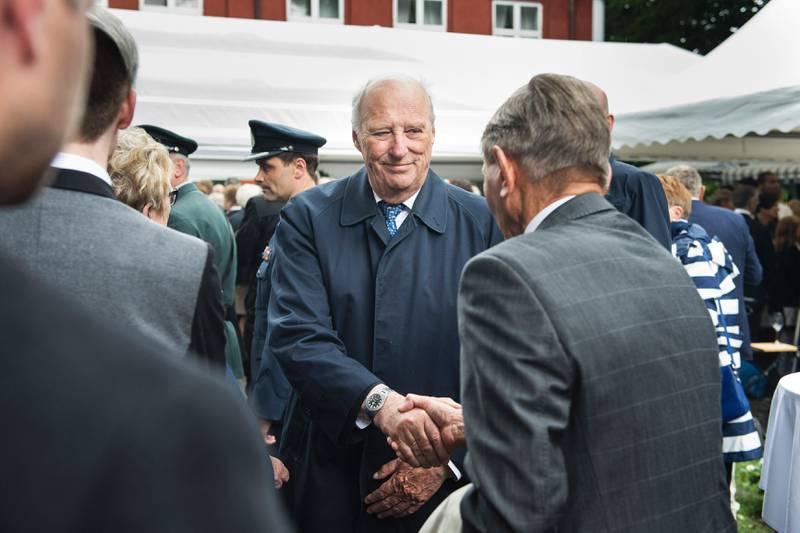 Kong Harald tok seg god tid til å slå av en prat med mange av gjestene. Foto: Carina Johansen, NTB Scanpix