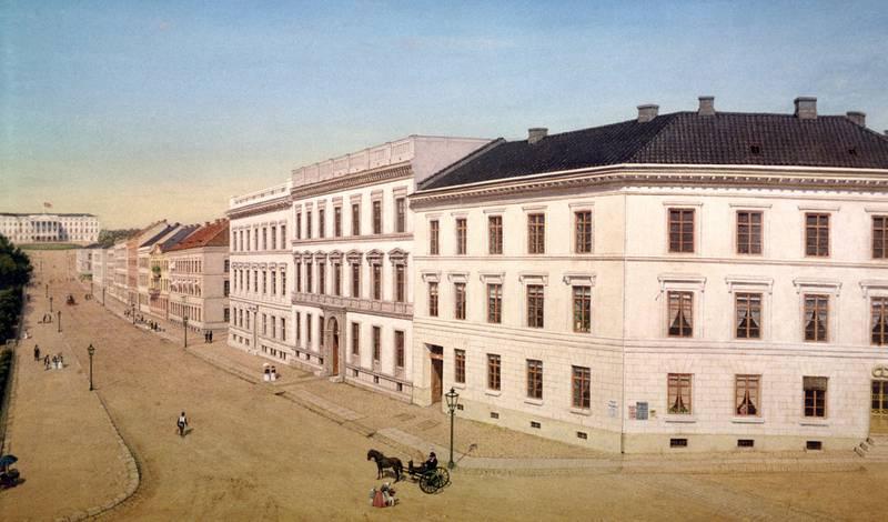 Karl Johan: Fjonge bygårder huset byens fornemme familier, i leiligheter med opptil 14 rom. Fra Enslens prospekt, ca. 1848, Bymuseet.