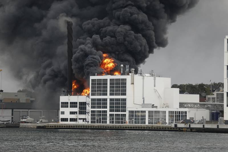 Brannvesenet jobber med å slukke en brann i et lagerbygg på Jotun fabrikker i Sandefjord. Foto: Trond Reidar Teigen / NTB