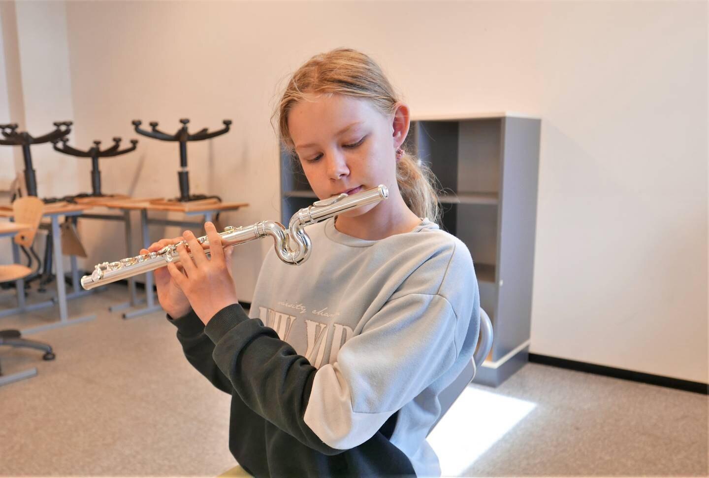 Julia (11) spiller på tverrfløyte