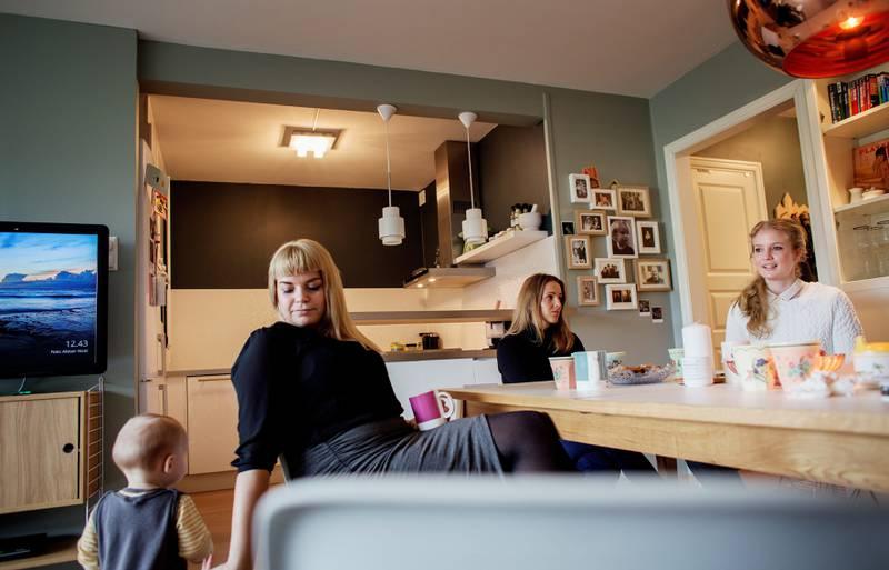 Femtitallshusmoren er tilbake, men Cecilie Nilsen, Anne Kjersti Suvdal og Ida Johnsrud mener blader, sosiale medier og bloggsfæren får dele ansvaret for trenden. FOTO: HILDE UNOSEN