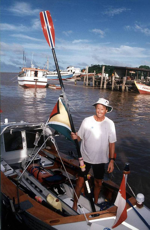 Interkontinental: Den norske legen Stein Hoff (57) hever en åre i Guyana, etter å ha rodd i 96 dager for å gjennomføre Atlantic Ocean i november 2002. Turen startet i Lisboa i august. Han ble med det den første til å ro uten assistanse fra Europa til et annet kontinent, ifølge det internasjonale roforbundet. FOTO: AP Photo/Ken Moore/Scanpix