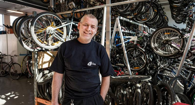 Pål Løw er leder for sykkelavdelingen hos Ilas. Han tror det er mange som ikke tar seg bryet med vedlikehold, og heller kaster tingene.