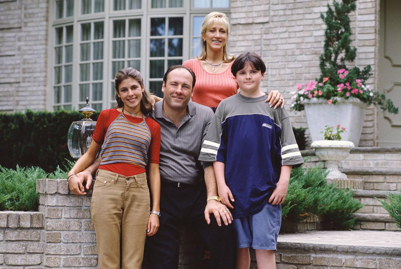 Kjernefamilien Sopranos - Tony og kona Carmela (Edie Falco) med barna Meadow (Jamie-Lynn Sigler) og Anthony junior (Robert Iler) utenfor den fasjonable villaen på drøy 5500 kvadratmeter i et av New Jerseys bedre strøk.