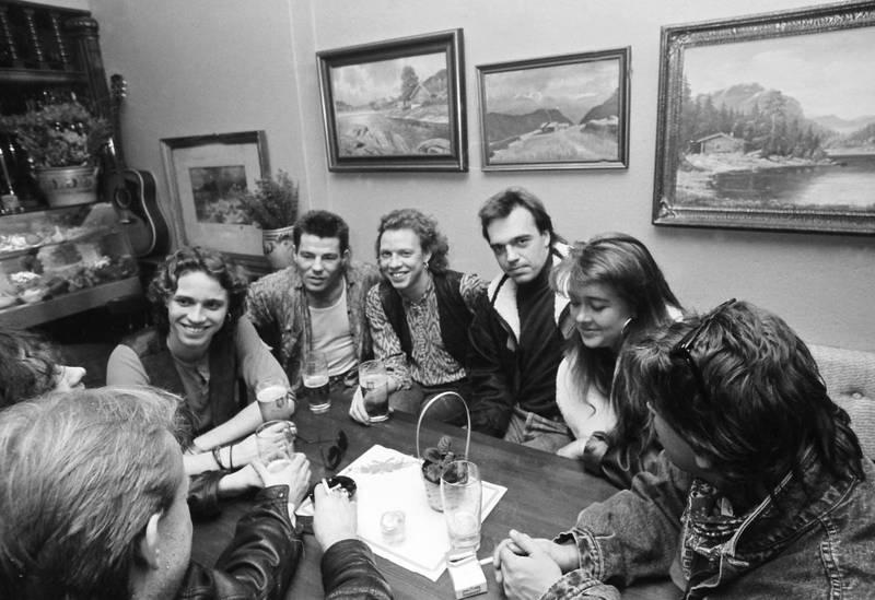 Her sitter cowboyene i møte med BMG Ariola og Eivind Rølles. Kort tid etter ble bandet signert.