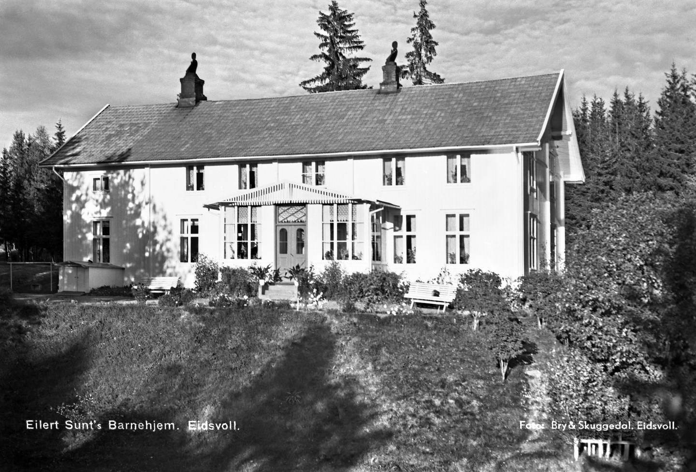Det var i dette huset ved Vorma i Eidsvoll at frøken Fougner levde sine siste 15 år. Dette bildet er tatt senere, mellom 1930 og 1950, da Eilert Sundts barnehjem holdt til i huset.
