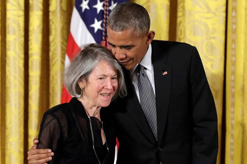 Den amerikanske poeten Louise Glück er tildelt Nobels litteraturpris 2020. Her ved tildelingen av National Humanities Award i 2015 med daværende president Barack Obama. Foto: AFP/NTB