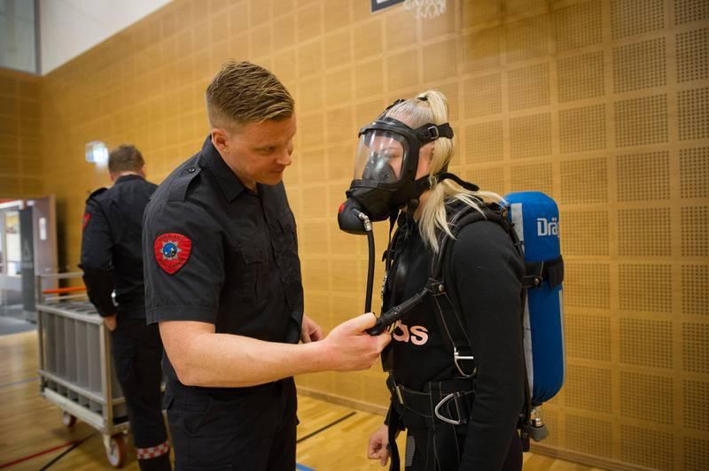 Kun 2,2 prosent av de heltidsansatte brannkostablene i Rogaland brann og redning IKS er kvinner. Onsdag inviterte de til åpen brannstasjon for kvinner og jenter i alle aldre i håp om å rekruttere flere.  På bildet er brannkonstabel Kristian Hellestveit sammen med Emma Rege Kvåle (14) fra Sandnes. brann brannvesenet brannvesen