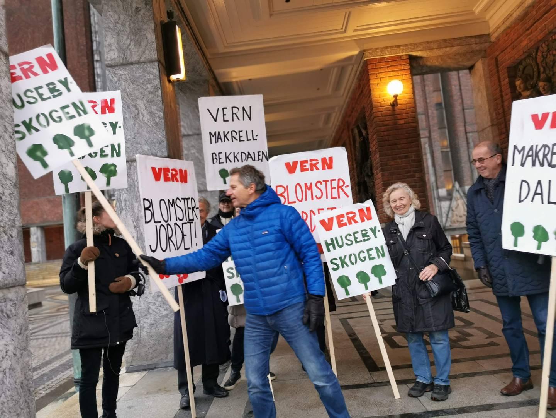 Demonstranter mot utbygginga i Husebyskogen.