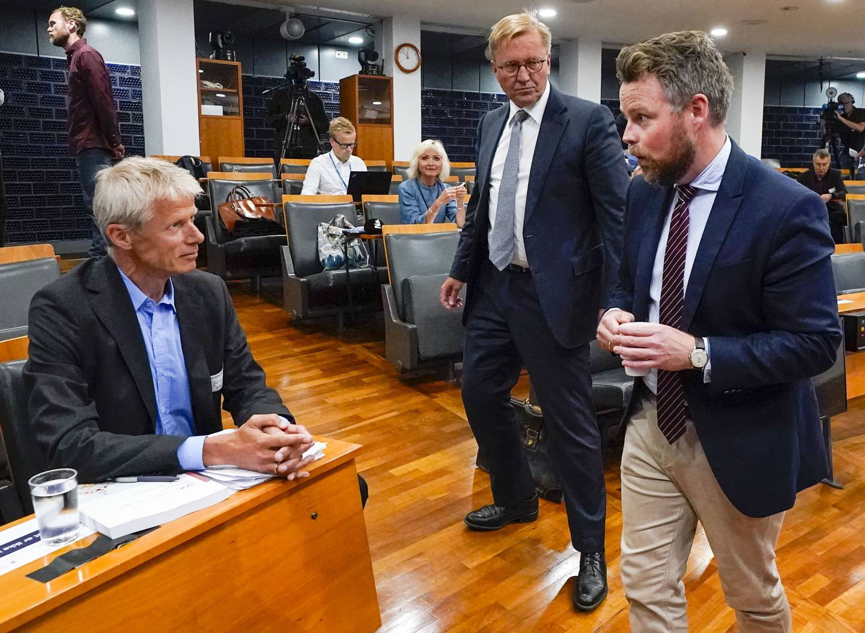 Torbjørn Røe Isaksen (H) sammen med Nav-direktør Hans Christian Holte og professor Finn Arnesen, som ledet det regjeringsoppnevnte granskingsutvalget.