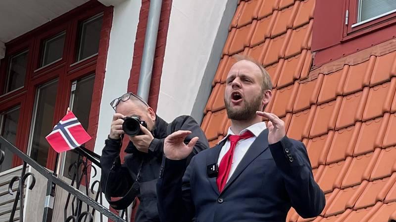 Ikke helt Mussolini på balkongen, men Mímir Kristjánsson hadde tilhørerne i sin hule hånd. 11 ganger på en og samme dag.