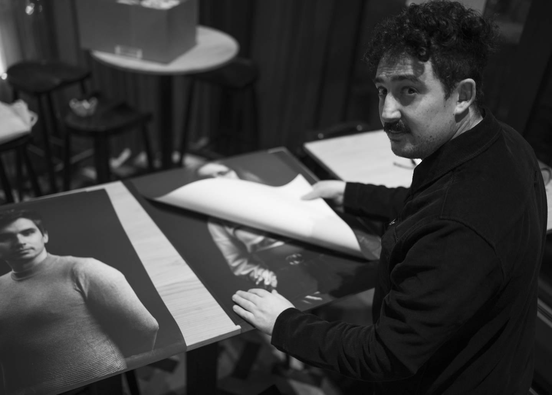 Fotograf Nicolas Levy under arbeidet med  å sette opp utstilling på Stock Restaurant.