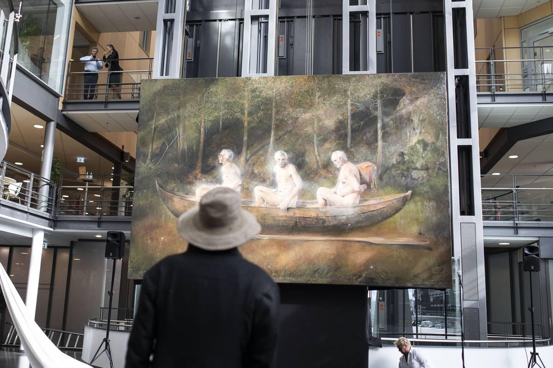 Odd Nerdrum ser på sitt eget kunstverk Tre menn i en båt rett etter avdukingen.