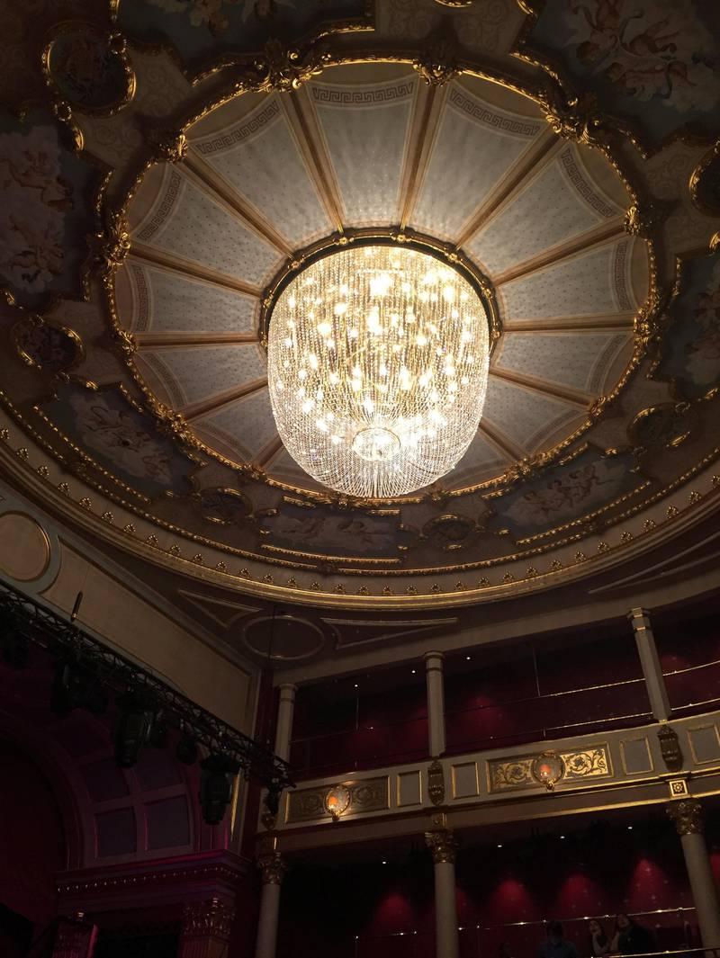 Interiørskatt: Vi kaster vel alle et blikk opp i taket i teateret – med rette.