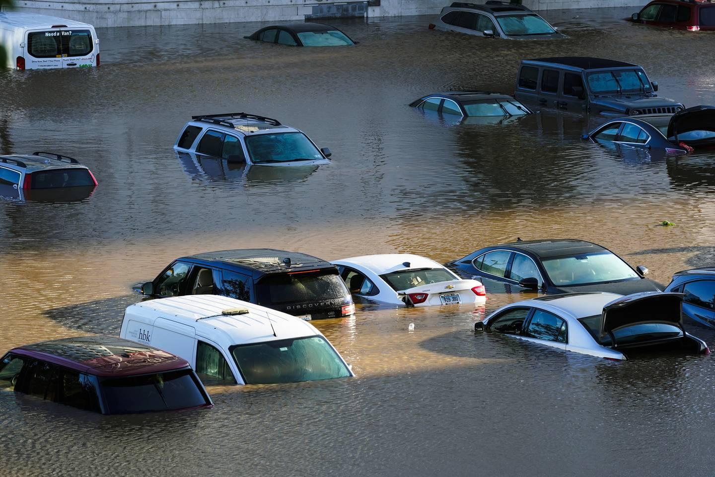 Biler under vann i Philadelphia.