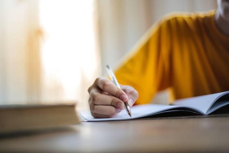Vi må bare lukke øynene for at det finnes folk med lese- og skrivevansker, og andre med krav på hjelpemidler, skriver Liv Cathrine Krogh.
